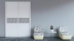 Puertas correderas combinadas, lacado blanco con panel decorativo.