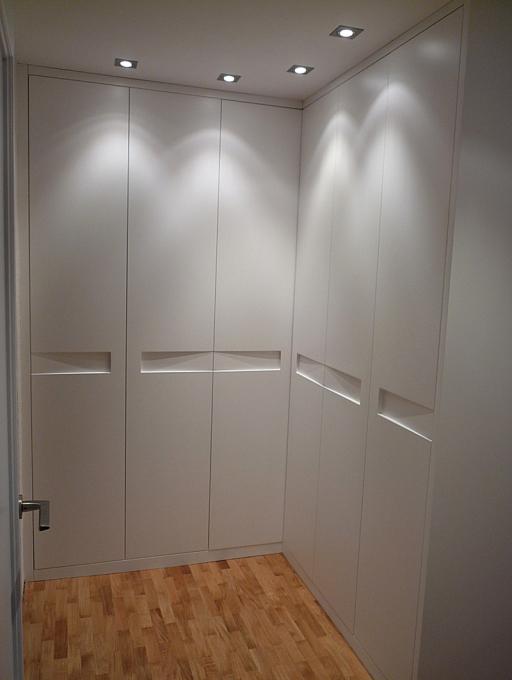 Puertas abatibles en escuadra con rebaje horizontal.
