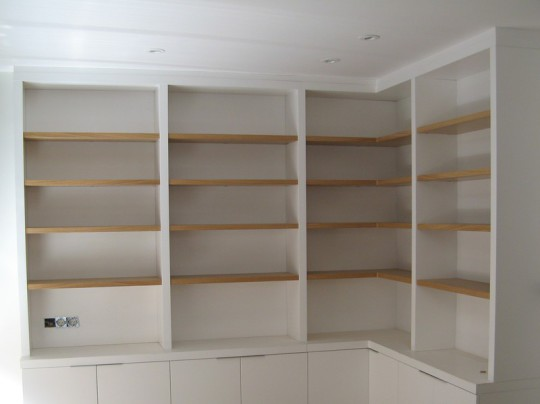 Libreria lacado blanco con baldas roble barnizado.