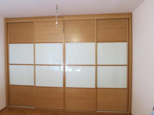Puertas correderas combinadas roble barnizado con cristal lacado blanco.