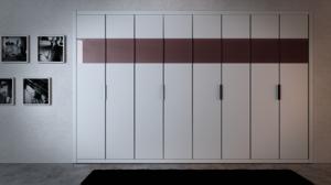 Puertas abatibles lacadas en blanco con cristal enrasado.