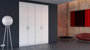 Puertas abatibles ranuradas lacadas en blanco.