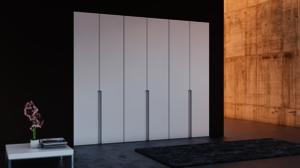 Puertas abatibles lacadas con rebaje vertical.