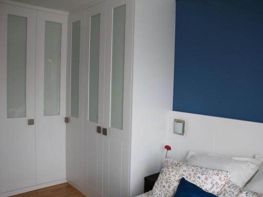 Puertas abatibles combinadas panel lacado con cristal.